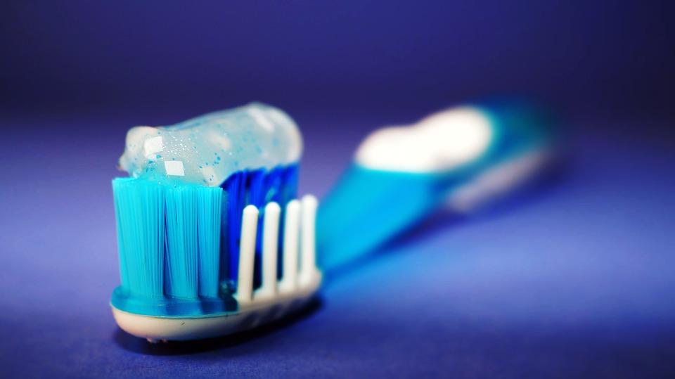 toothbrush 2589480 960 720 False credenze: sciacquarsi la bocca con l'acqua per liberarsi del dentifricio
