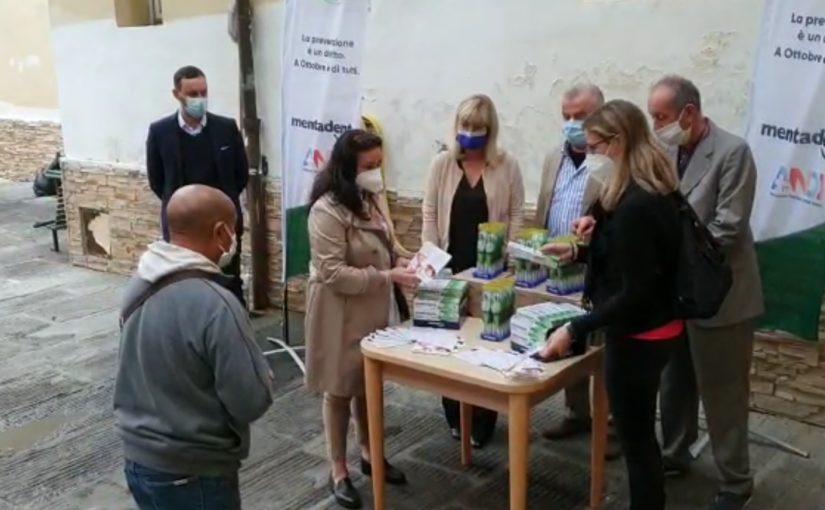 distribuzione spazzolini dentifric 40 anni di prevenzione dentale ANDI Mentadent: dall'ambulatorio Niccolò Stenone la prevenzione diventa un diritto per tutti.